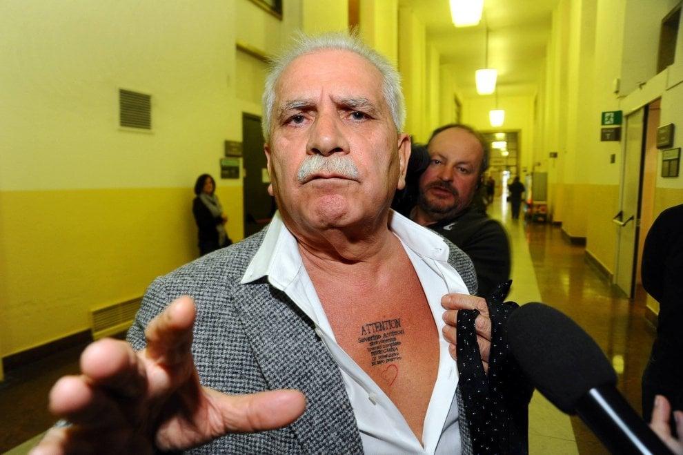 """Antinori in tribunale: """"Mi vogliono avvelenare"""". E mostra il tattoo 'salvavita' sul petto"""