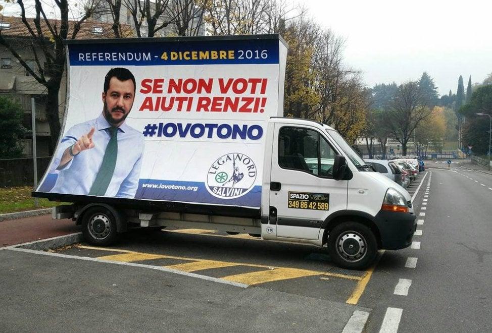 Referendum, la campagna è da multa: il furgone per Salvini nel posteggio disabili