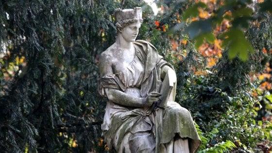 Milano, un premio di 500 euro a chi ritroverà il braccio della statua mutilata ai Giardini Montanelli