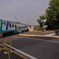 Bergamo, auto bloccata sul passaggio livello: il salvataggio è come in un film