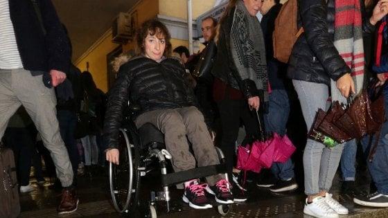 """Disabili a Milano, Silvia e quei 25 cm per arrivare al treno: """"Lasciata a terra dalla burocrazia"""""""