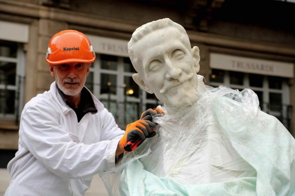 Milano, largo Ghiringhelli cambia look: la posa della statua di Ricordi
