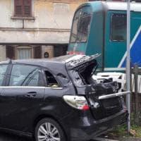 Gallarate, treno contro l'auto rimasta incastrata nel passaggio a livello