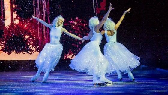 Milano, allo show lasciando in dono una coperta: cori gospel e balletto sul ghiaccio per aiutare gli ultimi