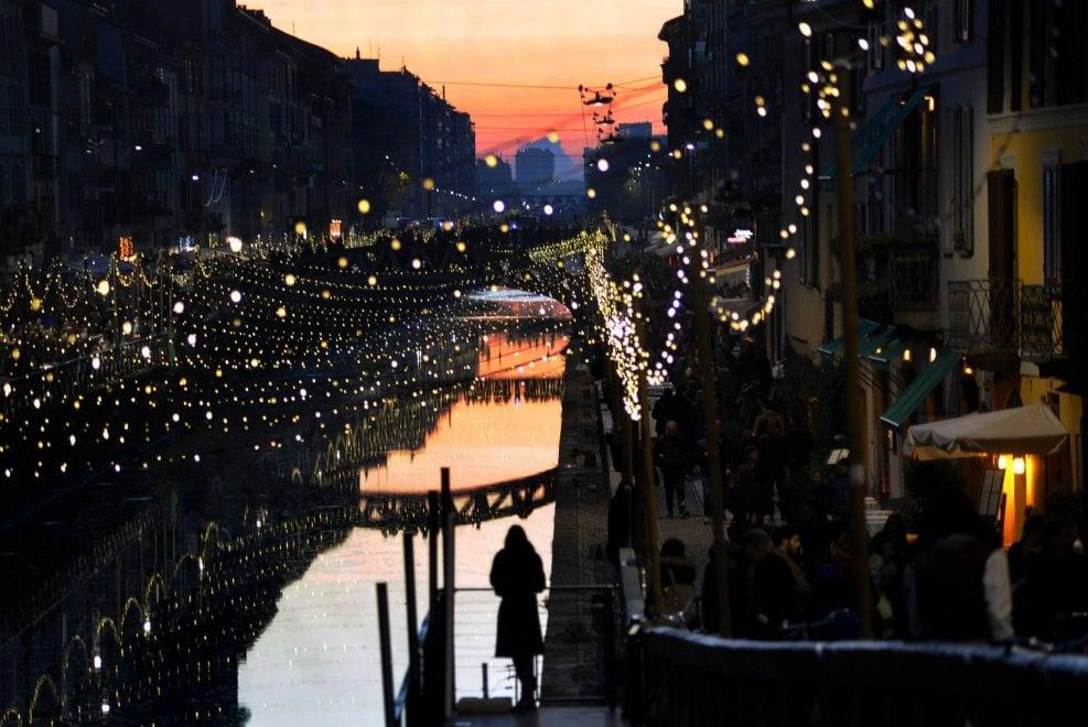 Milano, il tramonto accende il Natale sui Navigli