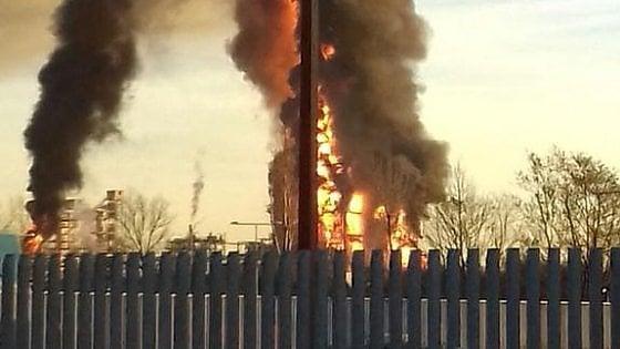 Pavia, violenta esplosione in una raffineria Eni