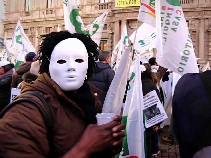 """Milano flash mob sfrattati davanti a Palazzo Marino: """"Siamo invisibili come fantasmi"""""""