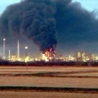 Incendio in una raffineria Eni in provincia di Pavia: l'emergenza minuto per minuto