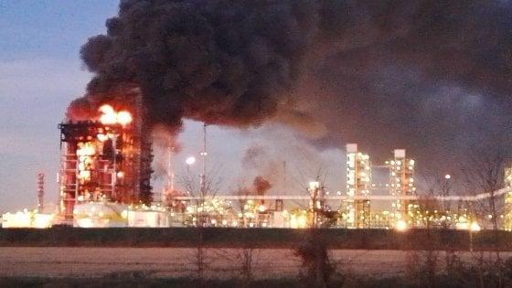 """Incendio in una raffineria Eni in provincia di Pavia, i testimoni: """"Una palla di fuoco alta decine di metri"""""""