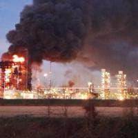 Incendio in una raffineria Eni in provincia di Pavia, i testimoni: