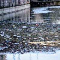Milano, torna l'acqua sui Navigli e in Darsena emergono i rifiuti