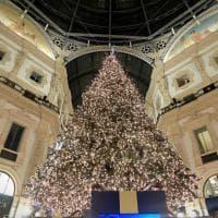 Milano, acceso l'albero di Natale in Galleria