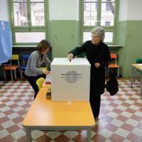"""Referendum Milano, affluenza al 71,6%. Psicosi matite per Fi: """"Schierati 500 difensori del..."""