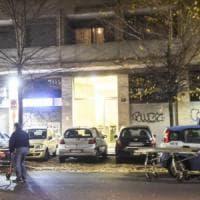 Milano, coppia di anziani morti in camera da letto: fiori per lei, l'uomo