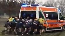 Rugby, l'ambulanza ko nel fango: placcaggio e spinta    dei giganti in campo
