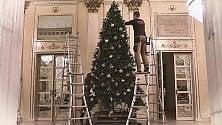 Gli auguri della Scala  con l'albero di Dolce  & Gabbana in timelapse