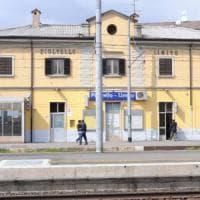 Perde l'equilibrio mentre arriva il treno: 45enne travolto alla stazione