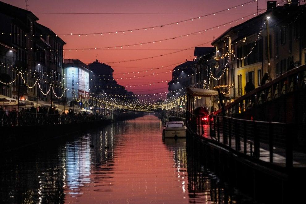 Milano, luci di Natale e cielo rosa: la magia del Naviglio al tramonto