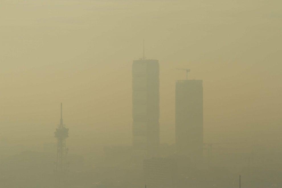 A Milano tornano le mascherine antismog: la città avvolta dalla cappa di inquinamento