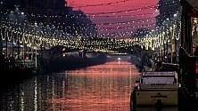 Luci di Natale e cielo rosa: la magia del Naviglio al tramonto