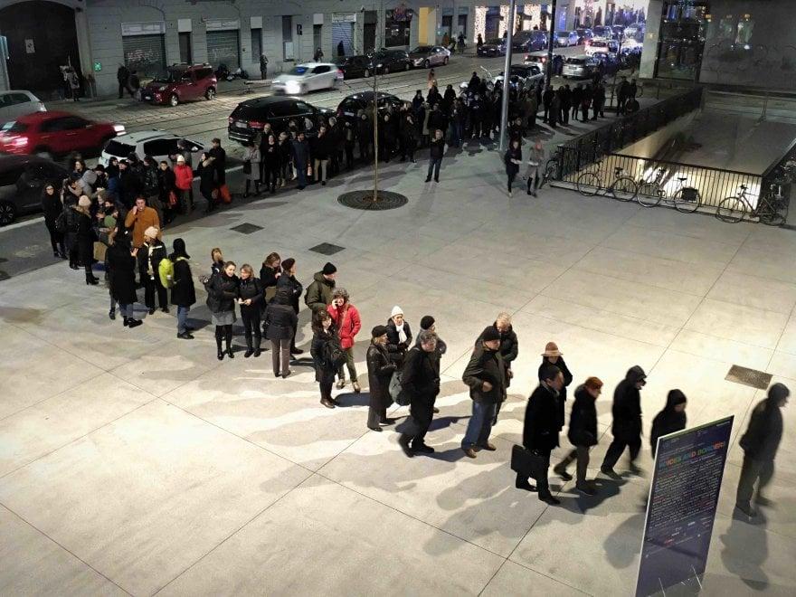 Milano, tutti in coda per visitare la nuova Fondazione Feltrinelli