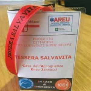 Braccialetti rossi per i clochard di Milano: in caso di malore l'identificazione è rapida