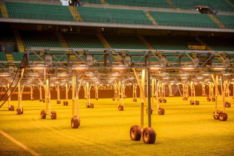 Milano, lampade a San Siro: in azione l'impianto di riscaldamento del manto erboso