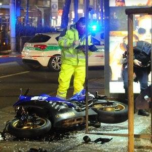 Milano, motociclista perde il controllo e travolge un'anziana alla fermata del filobus: gravi
