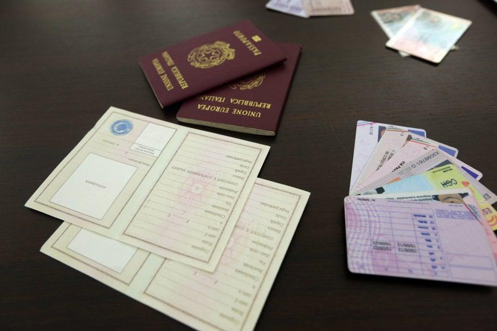Milano, falsi passaporti e permessi di soggiorno ...