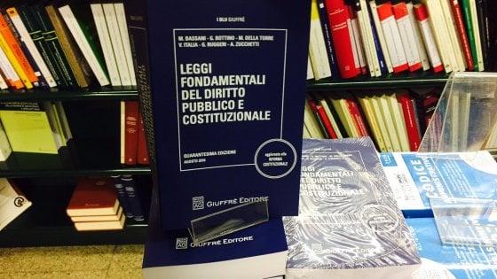 Milano, il manuale di diritto costituzionale non si accorge del referendum: l'ironia degli studenti