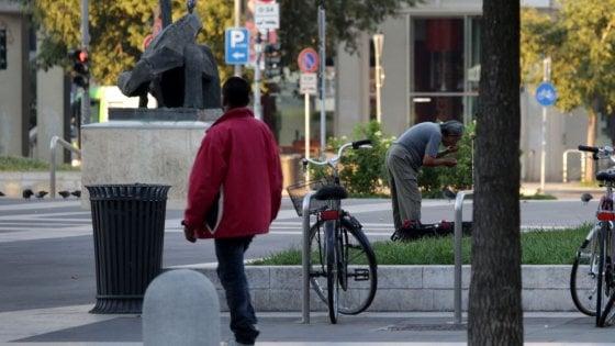Migranti irregolari a Milano, denuncia la rapina subita in stazione: in questura per fotosegnalamento