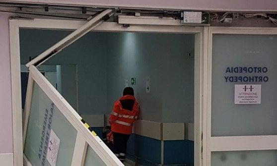 Milano, perde la pazienza al pronto soccorso: urla contro gli infermieri, poi spacca la porta d'ingresso