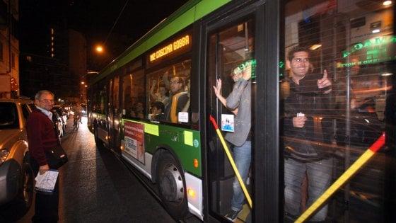 """Milano, polemiche e proteste dopo il taglio dei bus notturni: """"La giunta ci ripensi"""""""