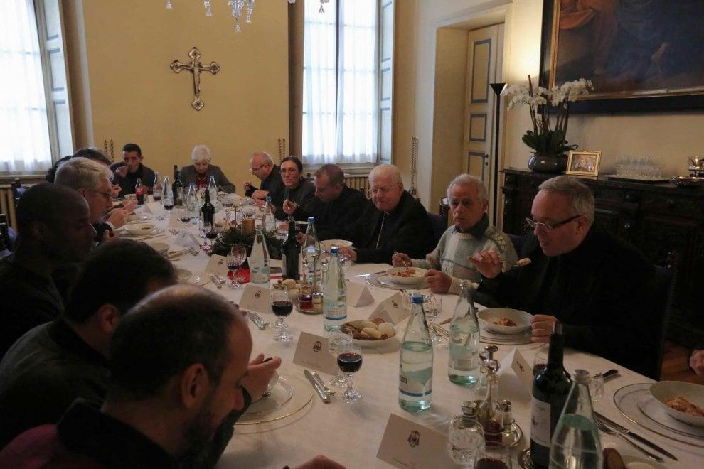 Milano otto clochard a tavola con scola sull - Un angelo alla mia tavola ...