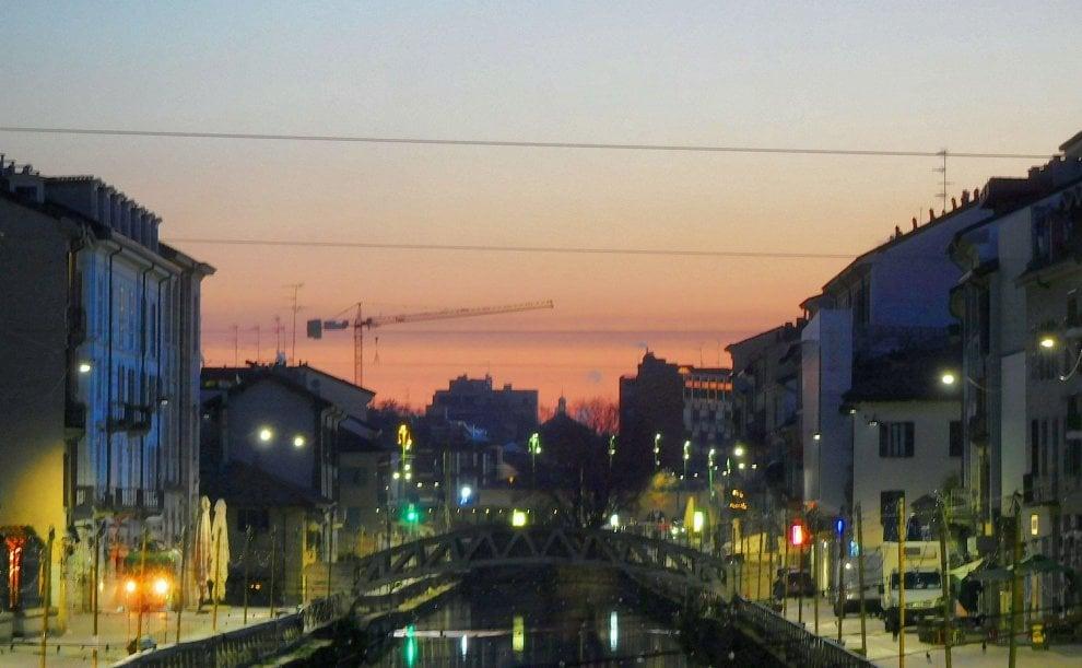 Milano, la città si sveglia: lo spettacolo dell'alba sul Naviglio Grande