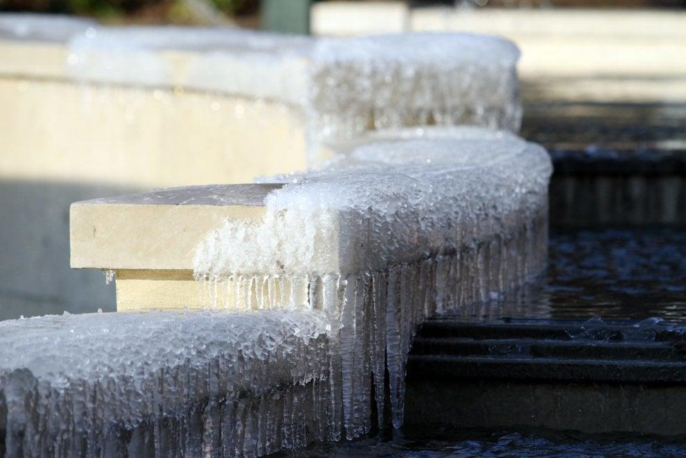 Milano on ice, lo spettacolo delle fontane ghiacciate: il Castello e piazza Gae Aulenti