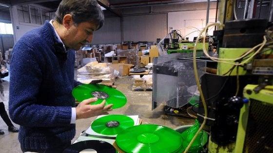 Milano, viaggio nella fabbrica dei dischi senza tempo: dai Ramones a Vasco tutti vogliono il vinile