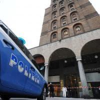 Giallo a Brescia, donna trovata decapitata nella tromba delle scale: l'allarme degli inquilini