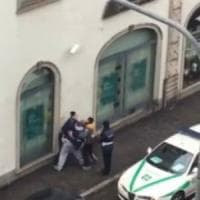 Monza, lascia il figlio chiuso in auto al gelo: al ritorno trova i vigili, minaccia di darsi fuoco