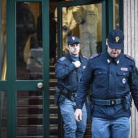 Milano, donna trovata morta in casa dal marito: profonda ferita alla gola