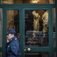 Milano, donna trovata morta in casa: la polizia nel palazzo
