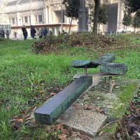 Milano, vandali distruggono la croce per il giovane partigiano. Il Comune: