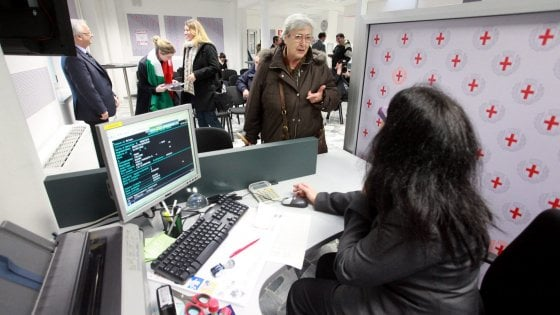 Ufficio Di Anagrafe Milano : Scarafaggi morti e tubature rotte l archivio di via larga cade a