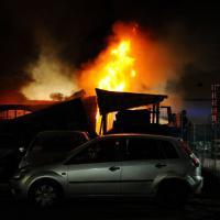 Brescia, incendio in una fabbrica di materie plastiche. Il fumo visibile a chilometri di distanza
