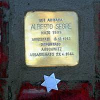 Giornata della memoria, una pietra d'inciampo davanti a casa Segre: la prima è per Alberto