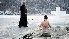 Nel lago di ghiaccio, è il battesimo degli ortodossi