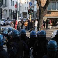 Milano, antagonisti protestano davanti alla questura per il fermo di un migrante