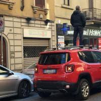 Milano, auto in sosta selvaggia: la protesta dell'autista bloccato è clamorosa