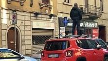 Auto in sosta selvaggia  la protesta dell'autista bloccato è clamorosa