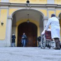 Milano, larve nelle piaghe dell'anziana ricoverata al Trivulzio: 7 medici e infermieri a...